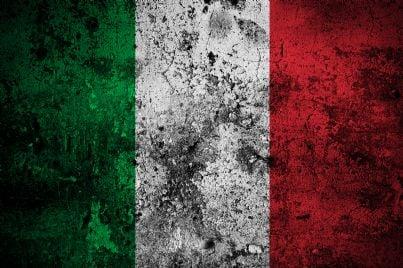 una bandiera italiana sporca