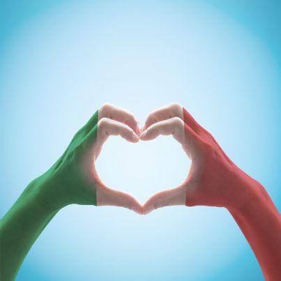 mani unite con colori della bandiera italiana