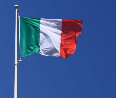 bandiera italiana che sventola nel cielo