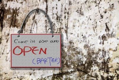 cartello che invita al baratto su un muro
