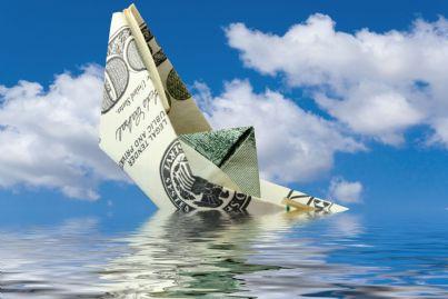 barca di carta che affonda concetto di soccombenza