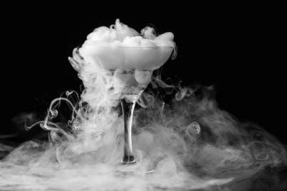 bicchiere con alcool e fumo