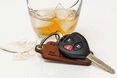 bicchiere rotto accanto alle chiavi di un'auto