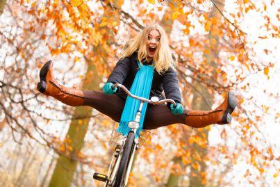 giovane donna che sta per cadere con la bicicletta