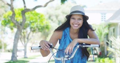 donna in bicicletta indica campanello