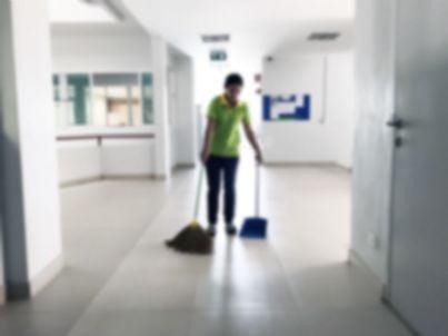 bidella che pulisce corridoio scuola