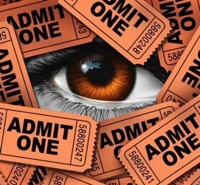 occhio che guarda attraverso biglietti concetto critico