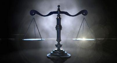 bilancia in equilibrio concetto di giustizia