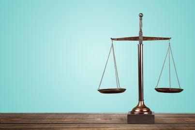 bilancia sul tavolo simbolo di giustizia