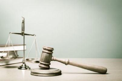 bilancia con martello di giustizia