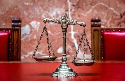 bilancia in aula in tribunale