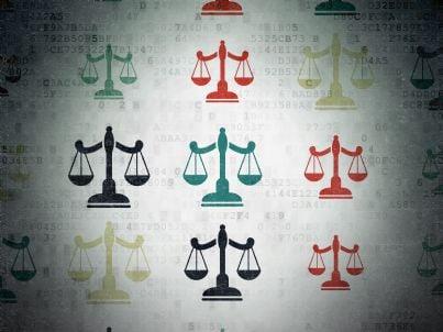 una serie di bilance concetto giustizia