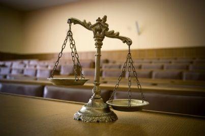 bilancia in aula di tribunale concetto giustizia