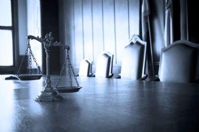 bilancia su un tavolo di un'aula di tribunale