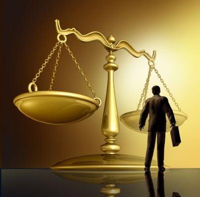 uomo di fronte ad una grande bilancia sinonimo di giustizia