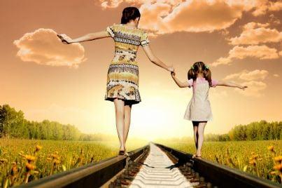 madre e figlia in equilibrio su binari ferrovia