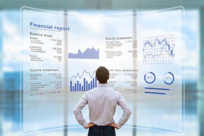 uomo affari guarda bilancio di azienda