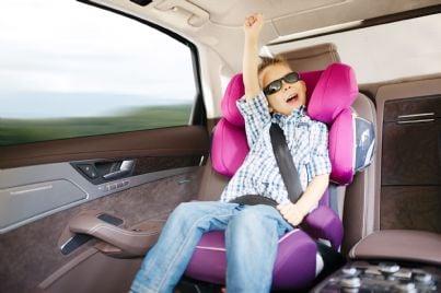 bimbo in auto seduto su seggiolino