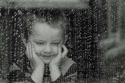 Bimbo triste dietro la finestra