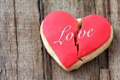 biscotto spezzato con la parola amore