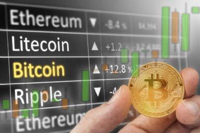 mano che mostra bitcoin e valutazione criptovalute in borsa