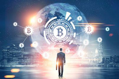 uomo cammina verso futuro bitcoin