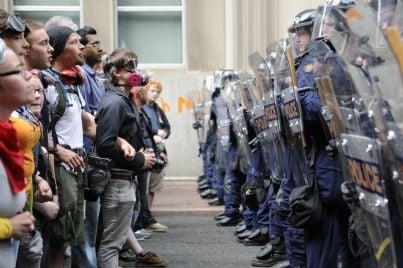 blocco strada per protesta con polizia schierata