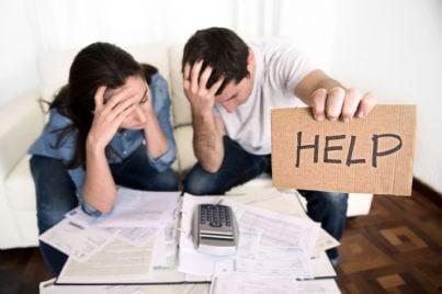 coppia chiede aiuto di fronte alle bollette domestiche