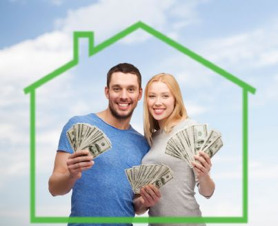 giovane coppia mostra bonus per affitto casa