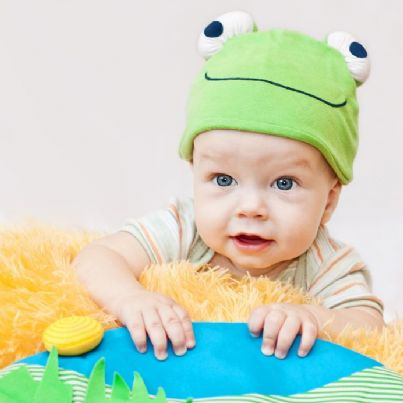 bambino con cappello a forma di rana