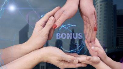 mani di famiglia unite intorno a parola bonus