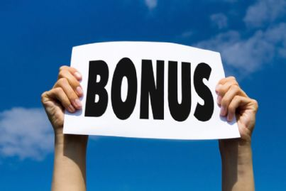 cartello bonus tra le mani