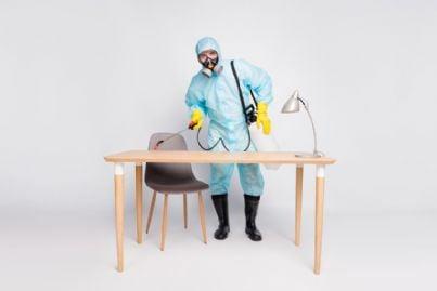 uomo effettua sanificazione di un ufficio da coronavirus