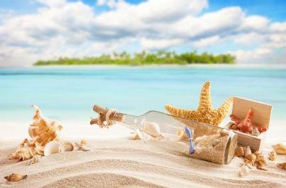 bottiglia di sabbia sulla spiaggia di una isola