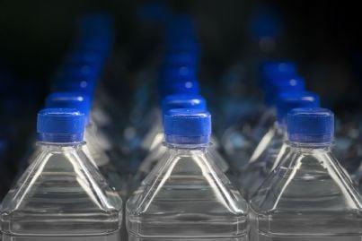 acqua nelle bottiglie di plastica