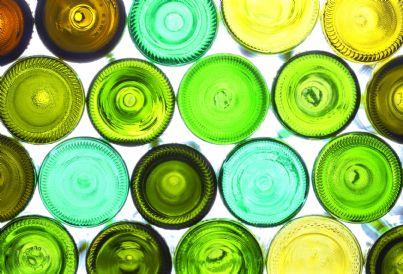una serie di bottiglie di vetro vuote