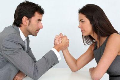 braccio di ferro tra uomo e donna