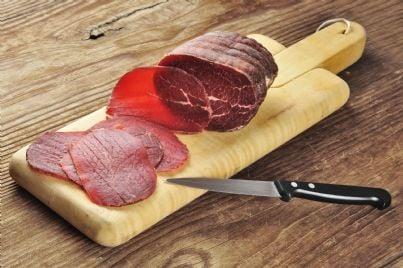 bresaola su un tagliere con coltello