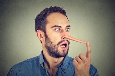 uomo con naso lungo concetto bugiardo