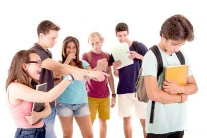 adolescenti che fanno i bulli nei confronti di un compagno