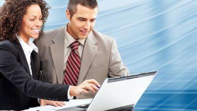 Due persone davanti a un PC