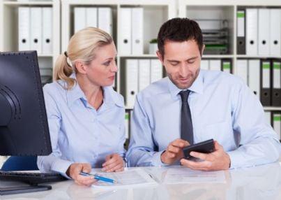 due colleghi che esaminano documenti contabili