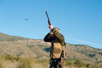 Cacciatore con fucile in mano
