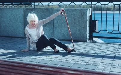 donna caduta sul marciapiede