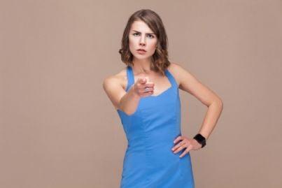 donna punta il dito per denuncia