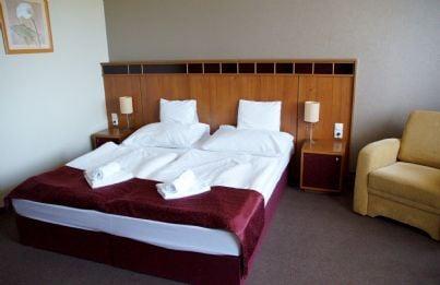 letto in camera albergo