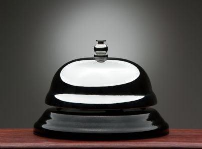 una campana di servizio al bancone della reception