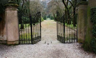 cancello ferro battuto su una strada