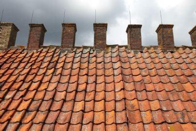 diverse canne fumarie su tetto di tegole