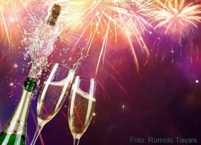 Calici di champagne sullo sfondo di fuochi d'articicio